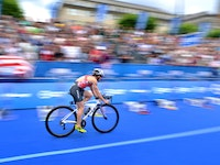 It is hard to believe that Flora Duffy (BER) had to miss the first two races of the World Triathlon Series due to injury as she continues to be unstoppable after earning her third straight victory of the season at the 2017 ITU World Triathlon Hamburg.Collecting her first-ever sprint distance win, Duffy executed a breakaway performance that brought her into the finish line without a challenger in sight to earn her fifth WTS victory in her career.